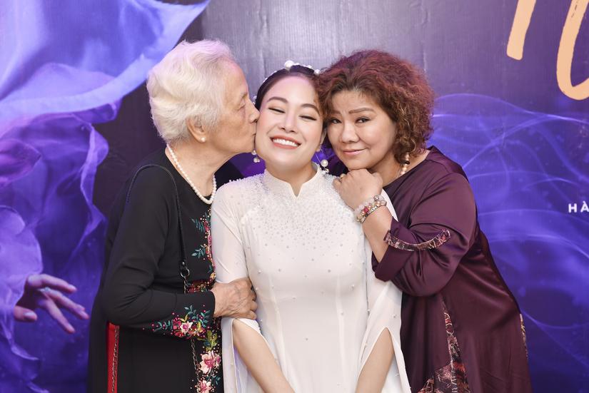 Bà giáo Hồ Mộ La, NSND Thanh Hoa đến chúc mừng Tuyết Nga