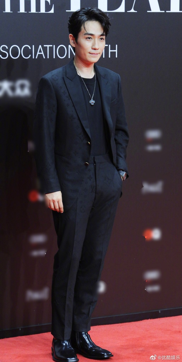 Xuất hiện nam tính với bộ suit đơn giản nhưng thanh lịch, Chu Nhất Long lại bất ngờ bị 'làm khó' bởi MC Đổng Hựu Lâm.