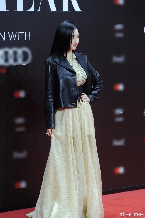 So với Lý Thấm, Cảnh Điềm lại tinh tế hơn ở khâu chọn trang phục với chiếc váy dài điệu đà từ thương hiệu Dior.