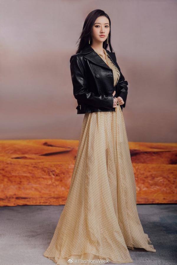 Để nhấn nhá thêm sự khác biệt cho chiếc váy, cô nàng đã mạnh dạn mix cùng chiếc áo khoác da - tưởng không hợp mà lại hợp không tưởng.