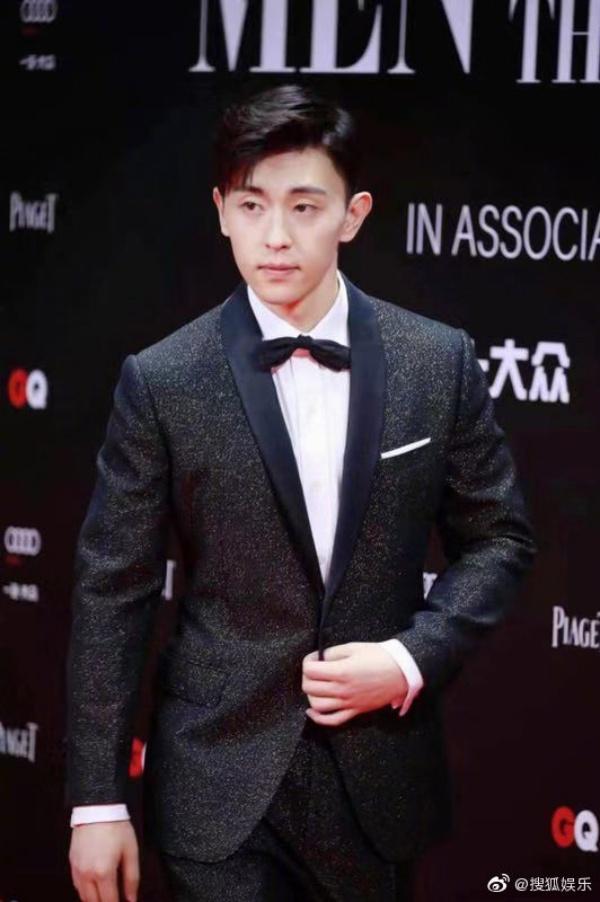 Có lẽ Đặng Luân là một trong những mỹ nam nổi bật nhất thảm đỏ GQ hôm nay với bộ vest đenlấp lánh ánh kim. Khác hẳn với hình tượng ngây thơ thích cười trên truyền hình mọi khi, Đặng Luân xuất hiện với phong thái lạnh lùng.