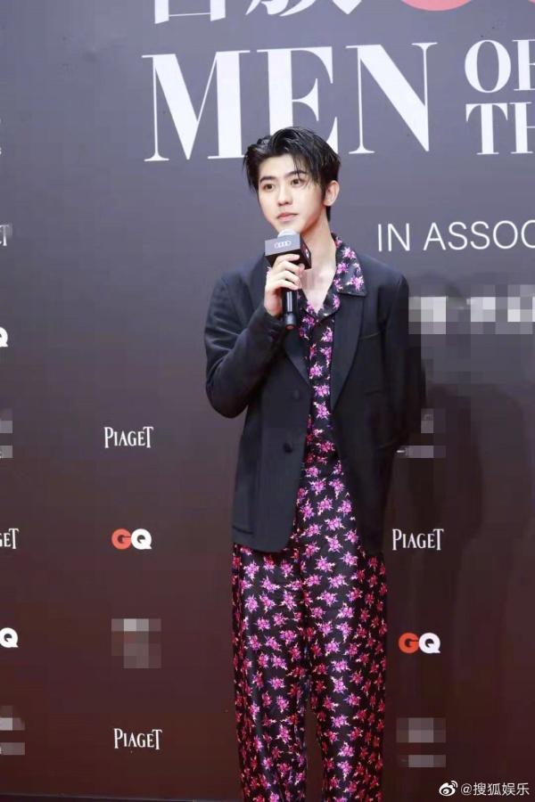 Nhiều người hâm mộ đặt câu hỏi: Liệu có phải Thái Từ Khôn đã chọn đại một bộ đồ ngủ trong tủ đồ và khoác suit bên ngoài để thêm phần trang trọng hơn đôi chút? Về vấn đề này, anh chàng cũng hài hước đáp lại:'Chọn đồ phiền toái quá nên tôi quyết định mặc pijama vậy'.