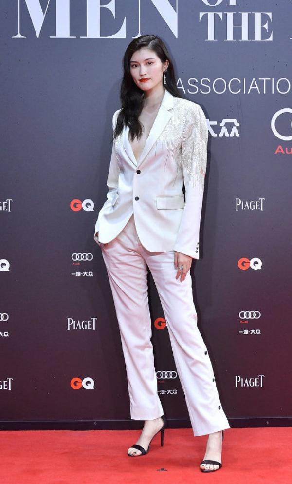 Siêu mẫu quốc tế Sui He hệt như 'tổng tài bá đạo' trong tiểu thuyết ngôn tình với trang phục suit nam tính chẳng thua kém những đồng nghiệp nam.