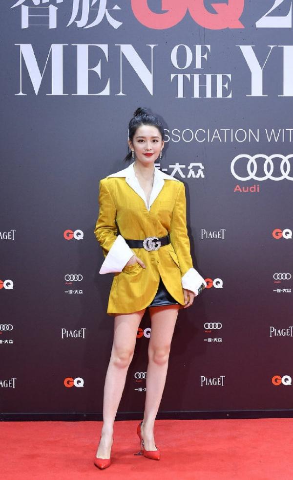 Chiếc váy mang tone vàng tưởng chừng sẽ giúp Lý Thấm nổi bật, nhưng khi kết hợp cùng màu son đỏ trầm lại vô cùng 'lạc quẻ'.