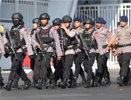 Dù đã được cảnh bảo về mối lo ngại liên quan đến bạo động ở Indonesia, như sự vụ gây chấn động ở trận Malaysia - Indonesia cách đây ít ngày, nhưng tối nay vẫn xảy ra một vụ lộn xộn nhỏ của các CĐV đội nhà ở bên ngoài sân Bung Karno.