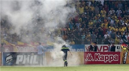 Các CĐV vô ý thức khiến bóng đá Việt Nam liên tục chịu phạt.