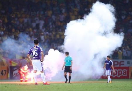 Pháo sáng là vấn nạn của bóng đá Việt Nam.