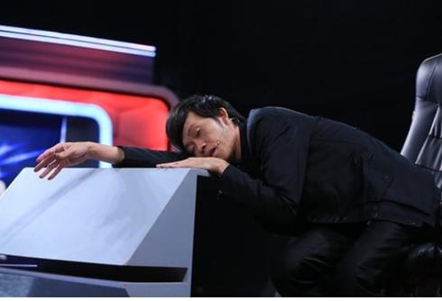 Danh hài Hoài Linh vô tư ngủ gục giữa các cảnh quay trong chương trình 'Ơn giời, cậu đây rồi'