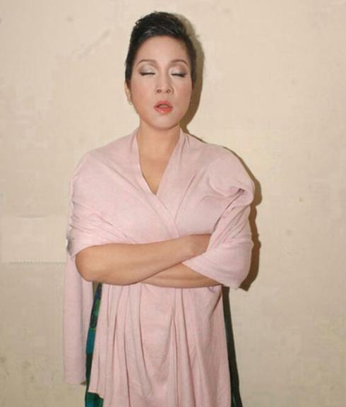 Diva Mỹ Linh có lẽ là nghệ sĩ có tư thế ngủ đặc biệt nhất, nữ diva của chúng ta có khả năng ngủ đứng nhưng miệng vẫn trong khẩu hình hát thế này đây. Nhìn thật hài hước!