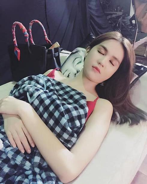 'Nữ hoàng nội y' Ngọc Trinh khiến cho người xem nghi hoặc giả vờ ngủ vì quá xinh đẹp và gợi cảm dù là ảnh được chụp trộm