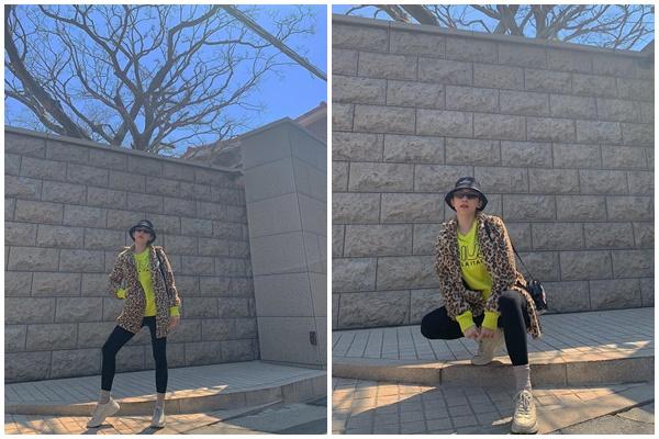 Nữ ca sĩ Tóc Tiên, người đẹp sở hữu gu thời trang đẹp mắt chắc chắn sẽ không dễ dàng bỏ qua trào lưu họa tiết da beo 'hot hit'. Người yêu Hoàng Touliver diện một chiếc áo khoác da beo dáng dài, phối hợp với áo màu neon trendy.