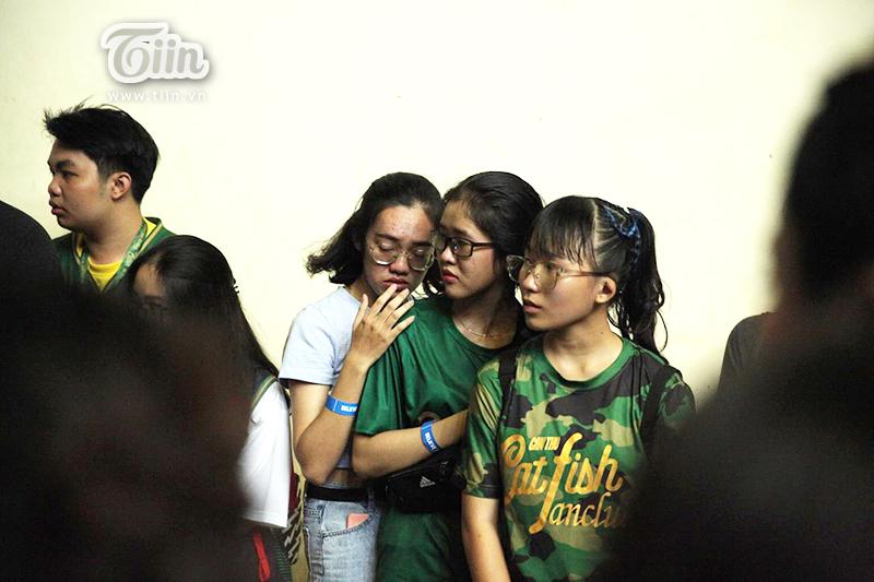 CĐV ôm nhau bật khóc trước một trận thua... buồn không gì tả hết.