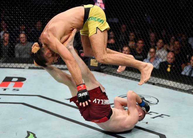 Không ngừng nhảy nhót, bày trò để chọc tức đối thủ, sau cùng, anh chàng võ sĩ cơ bắp lại trở thành trò cười cho cư dân mạng 1