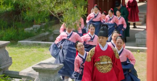 'Biệt đội hoa hòe: Trung tâm mai mối Joseon' tập 2: Seo Ji Hoon chính thức lên ngôi vua, chuyện tình với Gong Seung Yeon chấm dứt từ đây? 8