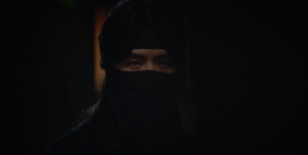 Tên chỉ huy dường như đã nhìn thấy chỗ trốn của Gae Ddong.