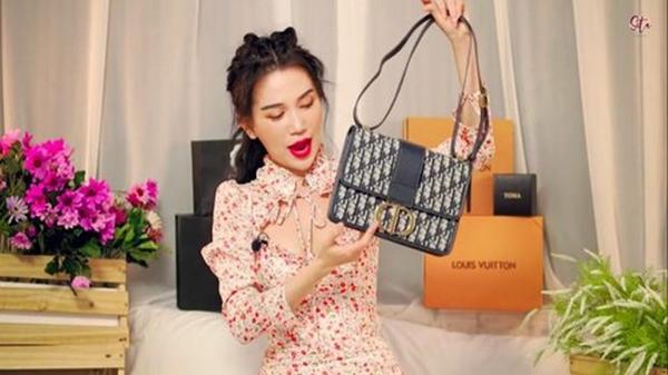 Mẫu túi gây tranh cãi trong clip đập hộp của Sĩ Thanh. Được biết, chiếc túi này có tên 30 Montaigne Dior Oblique, trị giá$2.950 (khoảng68 triệu đồng).