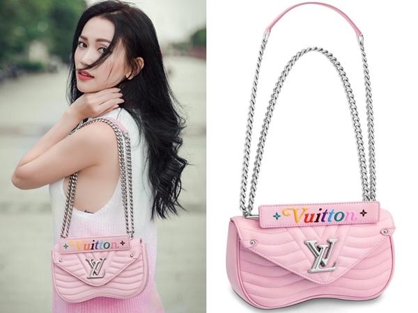 Có vẻ như Sĩ Thanh rất ưu ái những chiếc túi tông hồng phấn đậm chất bánh bèo. Bằng chứng là ngoài mẫu túi của Dior, người đẹp còn sở hữu thiết kế mang tên New Wave Chain Bag của thương hiệu Louis Vuitton trị giá$2.216 (khoảng 51 triệu đồng).