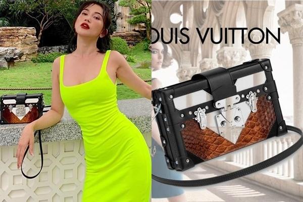 Louis Vuitton chắc chắn là thương hiệu thời trang được Sĩ Thanh ưa chuộng. Cô nàng còn sở hữu thêm dòng túi da trăn xa xỉ, trị giá tới $5.800 (gần 135 triệu đồng).