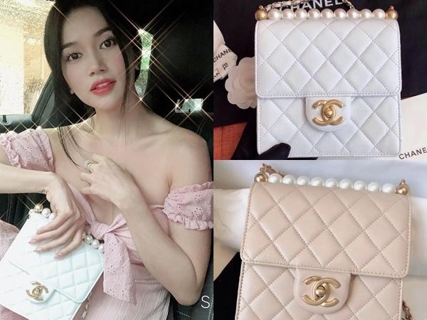 Sĩ Thanh còn sở hữu những mẫu túi giới hạn, một trong số đó là chiếcPearl Flap Bag của hiệu Chanel. Thiết kế này trị giá £2.300 (khoảng 66 triệu đồng).