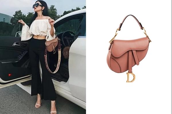 Nữ ca sĩ rất biết cách nắm bắt xu hướng thời trang thế giới khi nhanh chóng cập nhật cho tủ đồ của mình thiết kế túi Dior Saddle Bag. Đây là kiểu túi từng 'làm mưa làm gió' khoảng thời gian đầu năm nay. Được biết, item này có giá$3.350 (78 triệu đồng).