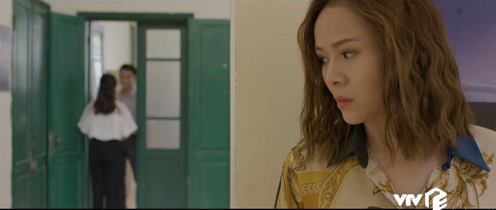 Khi trở lại cơ quan, Nguyệt vô tình bắt gặp cảnh Chi (Kim Oanh) bước ra từ phòng phó tổng.