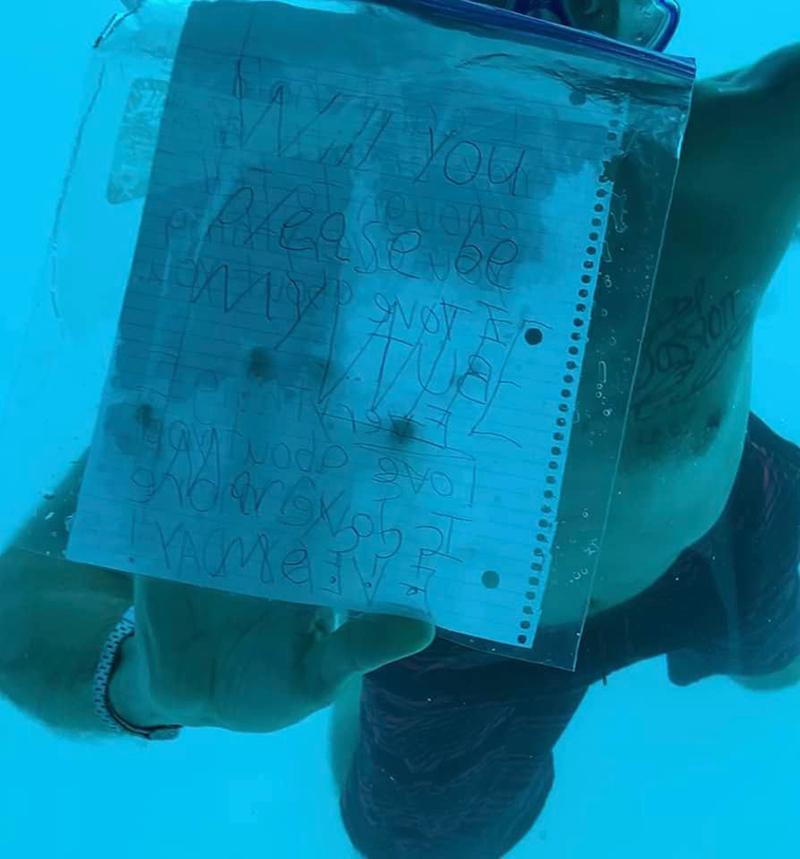 Khoảnh khắcWeber bơi dưới nước để cầu hơn bạn gái