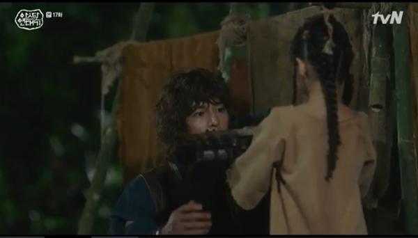 Cô bé đến gặp Eun Som và kể về người cha là chiến binh Ago của mình, khiến Eun Som càng kiên định với quyết định ở lại chỉ huy người Ago giải cứu nô lệ