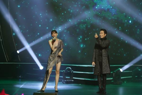 Hari Won bật khóc trong đêm nhạc, Trấn Thành 'phá' kịch bản, cùng dàn sao hát tặng vợ 11