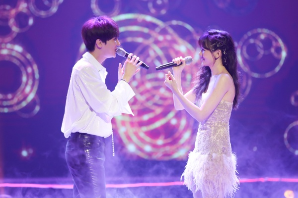 Hari Won bật khóc trong đêm nhạc, Trấn Thành 'phá' kịch bản, cùng dàn sao hát tặng vợ 13