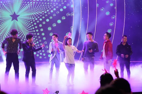 Hari Won bật khóc trong đêm nhạc, Trấn Thành 'phá' kịch bản, cùng dàn sao hát tặng vợ 9