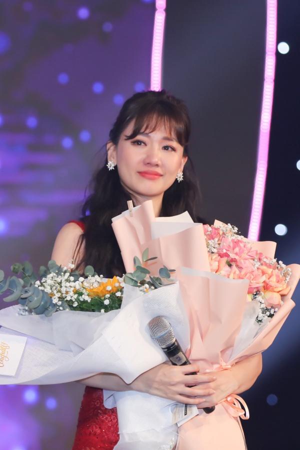 Hari Won bật khóc trong đêm nhạc, Trấn Thành 'phá' kịch bản, cùng dàn sao hát tặng vợ 16