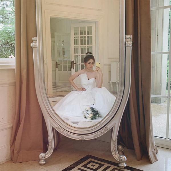 Hình ảnh Phương Nga mặc váy cưới khiến nhiều người cho rằng Á hậu sắp lên xe hoa với bạn trai
