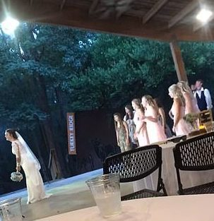 Khi tiệc tan, cô dâu chuẩn bị tung hoa cưới.