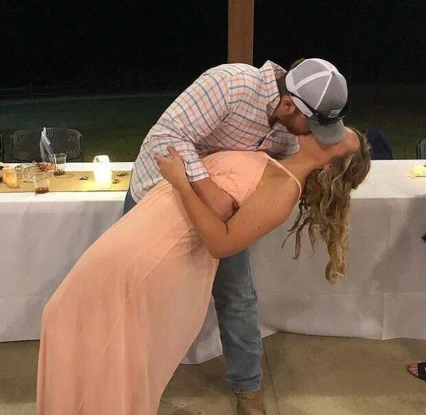 Nathan và Haley trao nhau nụ hôn trong lễ cưới cô bạn thân.