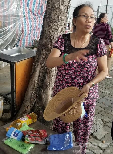 Một phụ nữ lớn tuổi được nhận một số quà và mua một số sản phẩm.