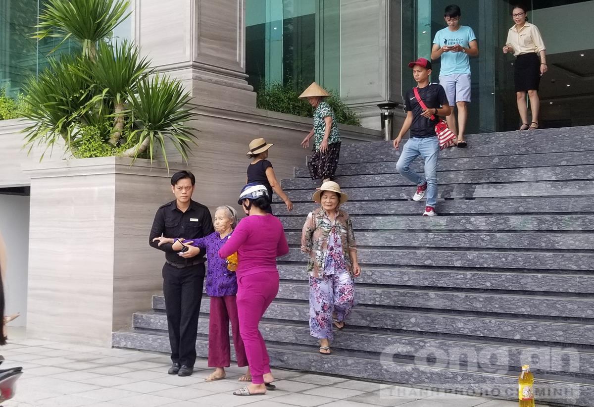 Nhiều cụ già được 'mời' đi hội thảo ở khách sạn 4 sao.