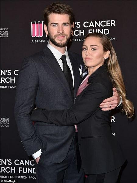 Chỉ bằng một bức hình chụp với cún cưng, Miley Cyrus đá đểu cả hai tình cũ: Liam Hemsworth và Kaitlynn Carter 1