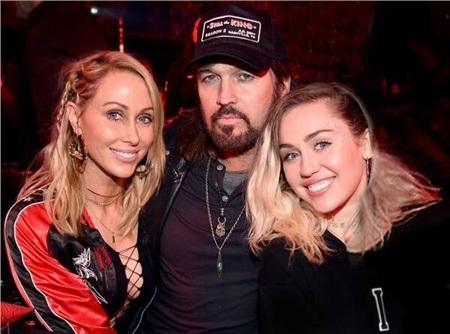Gia đình Miley Cyrus muốn cô quay lại với Kaitlynn Carter để trở nên dịu dàng, đằm thắm hơn.