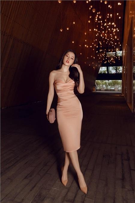 Chi Pu khai thác vóc dáng gợi cảm với số đo ba vòng chuẩn trong chiếc đầm cúp ngực màu pastel. Cô nàng còn khéo léo kết hợp trang phục cùng phụ kiện là clutch cầm tay và giày cao gót hết sức đồng điệu.