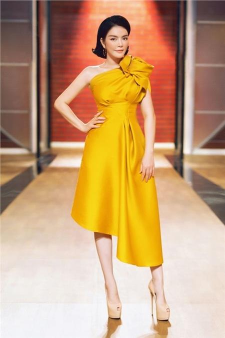 Lựa chọnchiếc đầm vàng có thiết kế bất đối xứng khá ấn tượng,Lý Nhã Kỳ tỏa sáng với vẻ đẹp mặn mà, đầy quyến rũ.