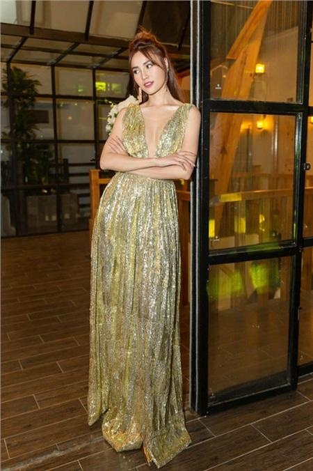 Ninh Dương Lan Ngọc đầy cuốn hút trong chiếc váy xếp ly, được phủ nhũ vàng lấp lánh. Thiết kế với đường xẻ ngực sâu hút giúp nữ diễn viên tôn lên vòng một gợi cảm.