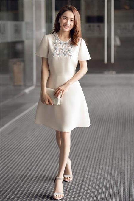 Nhã Phương dịu dàng, thanh lịch khi lựa chọn chiếc váy xoè chữ A tông màu trắng tinh khôi. Thiết kế với điểm nhấn là những hạt cườm đính kết hình bông hoa trước ngực tạo nên nét đặc sắc cho phong cách của cô nàng. Ngoài ra,nữ diễn viên còn kết hợp trang phục cùng chiếc clutch có gam màu tương đồng. Outfit của người đẹp này không cầu kỳ, diêm dúa nhưng vẫn tôn trọn vẹn được sự thanh nhã, sang trọng..