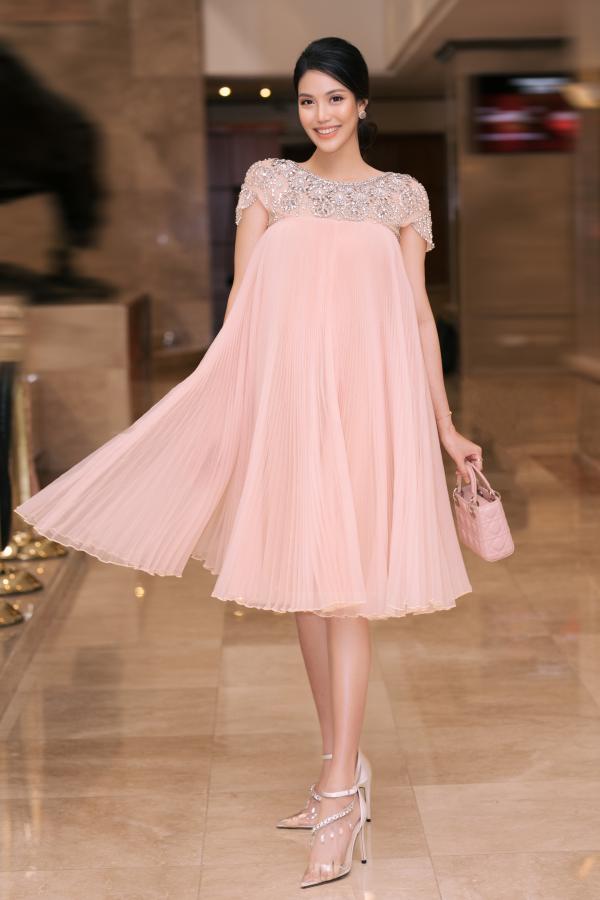 Lan Khuê bụng bầu 8 tháng vẫn xinh đẹp làm giám khảo cuộc thi hoa hậu sắc đẹp quốc tế 0