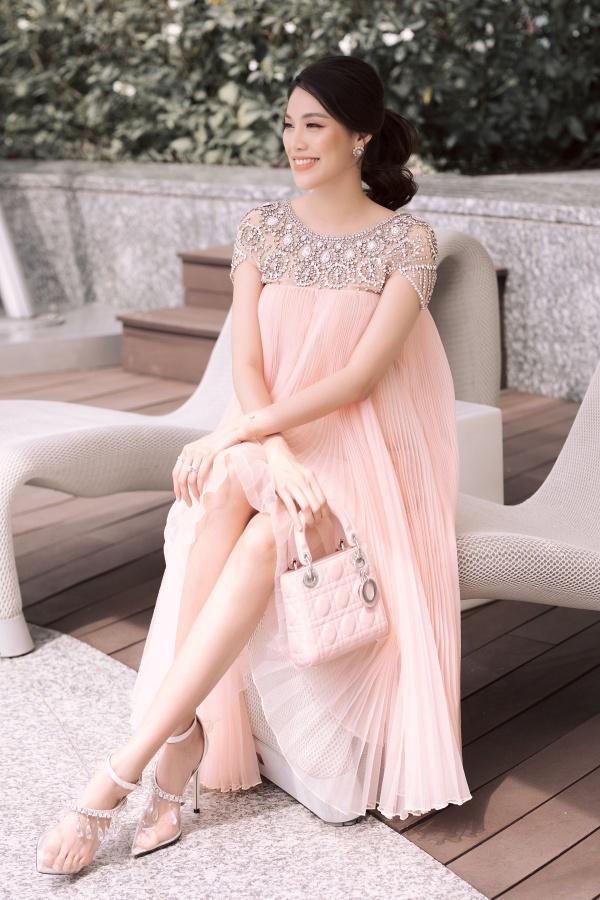Lan Khuê bụng bầu 8 tháng vẫn xinh đẹp làm giám khảo cuộc thi hoa hậu sắc đẹp quốc tế 2