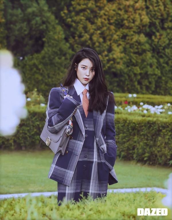 Ánh mắt cùng thần thái miễn chê của IU trên bìa tạp chí mới đây được netizen 'khen lấy khen để'.