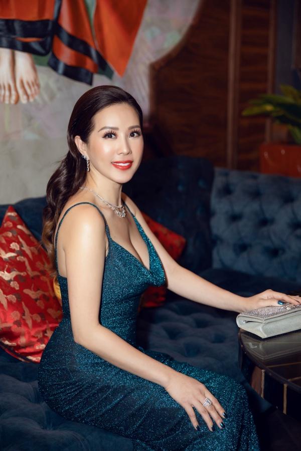 Hoa hậu Thu Hoài mặc xẻ cao táo bạo, khoe eo thon nhỏ nhắn sau khi giảm cân 1