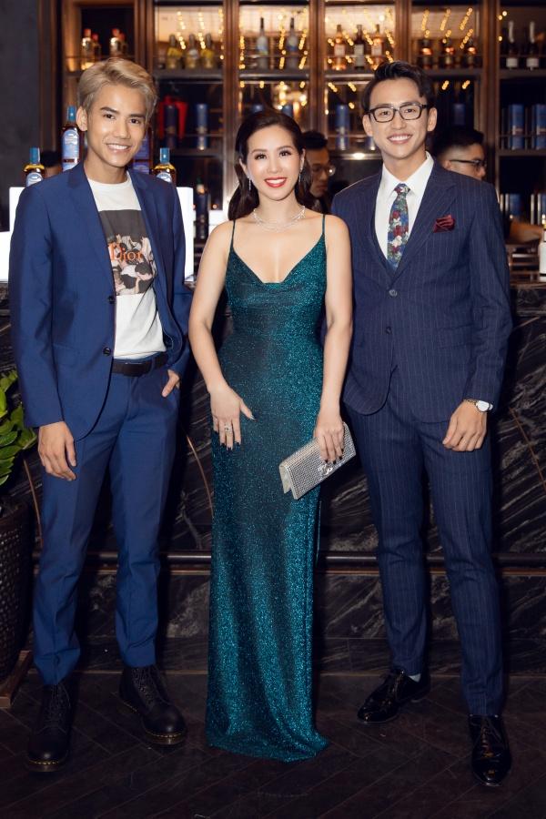 Hoa hậu Thu Hoài mặc xẻ cao táo bạo, khoe eo thon nhỏ nhắn sau khi giảm cân 2