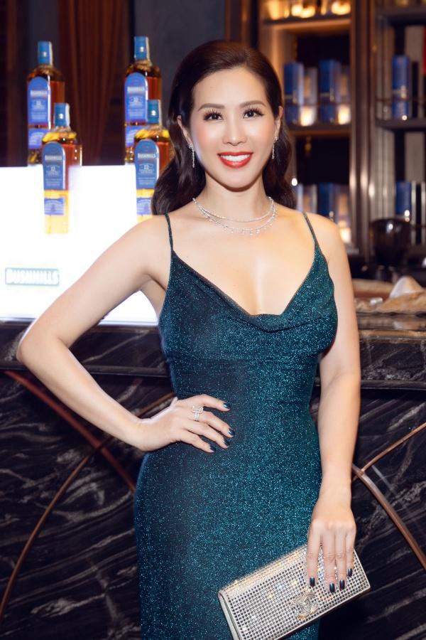 Hoa hậu Thu Hoài mặc xẻ cao táo bạo, khoe eo thon nhỏ nhắn sau khi giảm cân 3