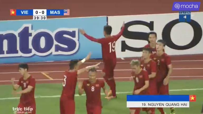 Các cầu thủ ùa ra ăn mừng cho cú volley đẳng cấp mà Quang Hải đã thực hiện