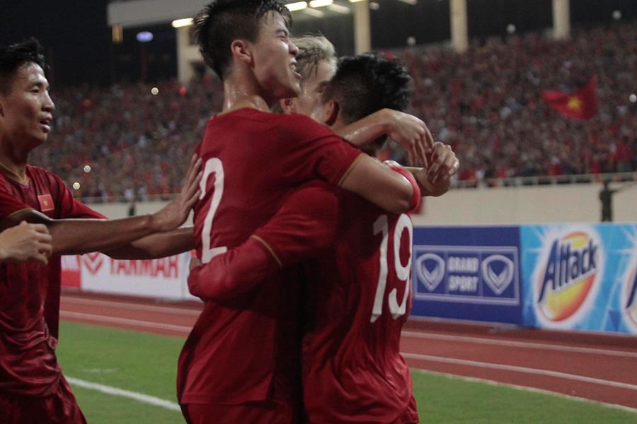 Cầu thủ Việt Nam reo hò trước màn sút volley thủng lưới tuyển Malaysia của Quang Hải 3